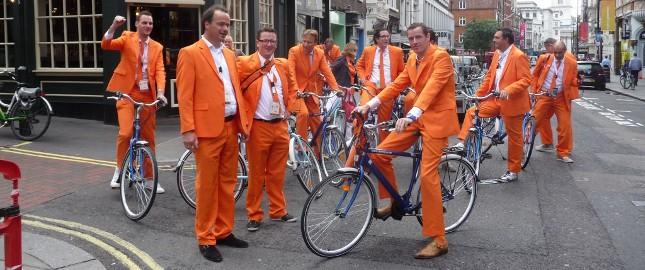 Groep fietsen met Nederlandse taalgids